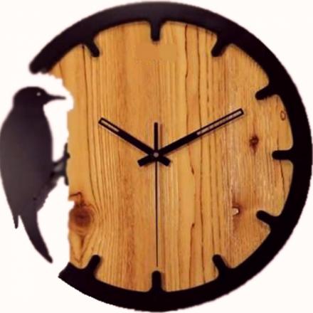 Настенные часы из массива дерева Дятел